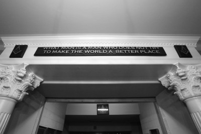 "Cita en la sede de la Logia Masónica de Raleigh, Carolina del Norte: ""What man is a man who does not try to make the world a better place"""