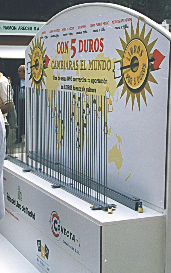symp: acción solidaria 'Libros por 5 duros' para la Feria de Madrid, mueble creado para la acción.